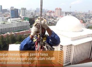 Mahasiswa Pecinta Alam Bersihkan Masjid Istiqlal