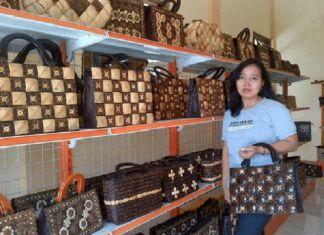 Emy Erawaty, Sukses Raih Jutaan Rupiah dari Limbah Batok Kelapa