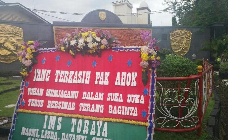 Karangan Bunga untuk Ahok Mulai Berdatangan di Mako Brimob