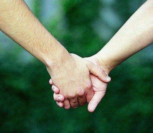 Menggandeng Tangan Pasangan, Redakan Rasa Sakit
