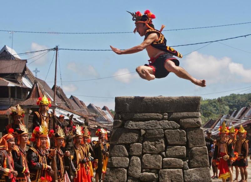 Lompat Batu Ritual Tradisional Untuk Laki Laki Sejati Suku