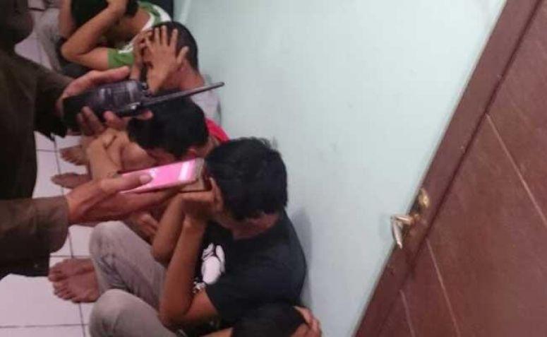 ketujuh pemuda yang ditangkap dibawa ke Polsek Sukmajaya (dok.poskota)