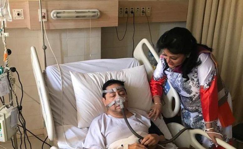 Foto Setya Novanto saat berbaring di RS Premier Jatinegara ditemani Endang Srikarti, Anggota Komisi III DPR Fraksi Golkar