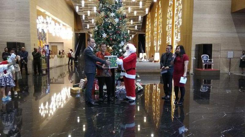 Grand Mercure Jakarta Kemayoran Tetap Berbagi Kasih Lewat Christmas Tree Lighting