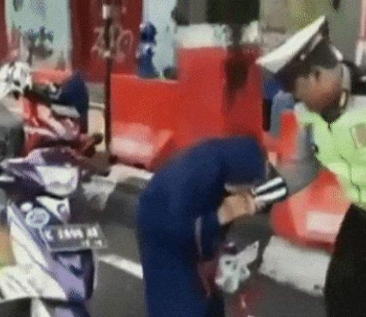 Video Viral <i>The Power of Emak</i>, Gigit Petugas dan Pamer Gepokan Rp50 Ribu