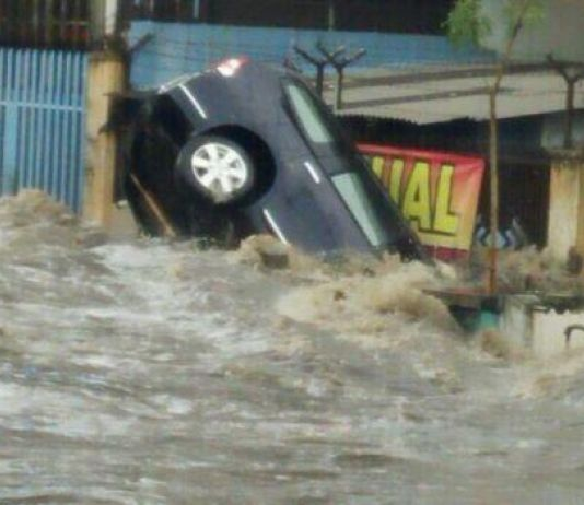 Lalu Lintas Cicaheum Lumpuh Akibat Banjir Bandang Bandung