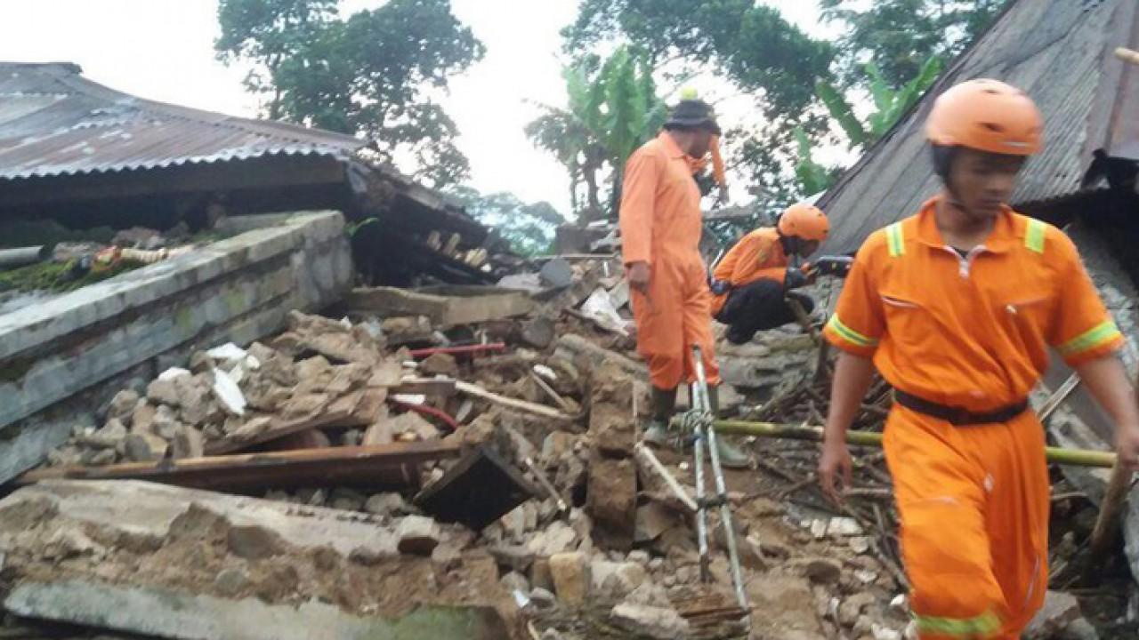http://www.netralnews.com/foto/2018/04/19/110-tim_penyelemat_melakukan_evakuasi_korban_gempa_bumi_di_banjarnegara.jpg