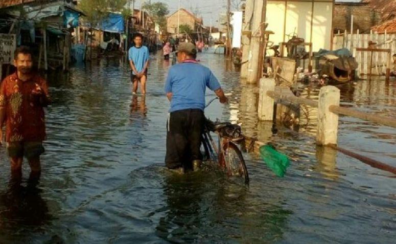 Masyarakat Pesisir Pantura Lebaran Dalam Suasana Terendam Banjir Rob