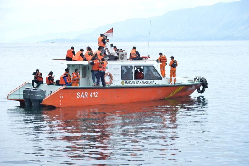 Tim SAR saat melakukan pencarian korban tenggelamnya KM Sinar Bangun di Danau Toba