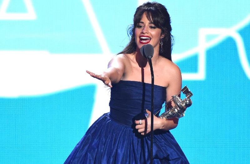Camila Cabello tampil anggun di perhelatan MTV VMA dengan mengenakan gaun biru sedikit nuansa putih.