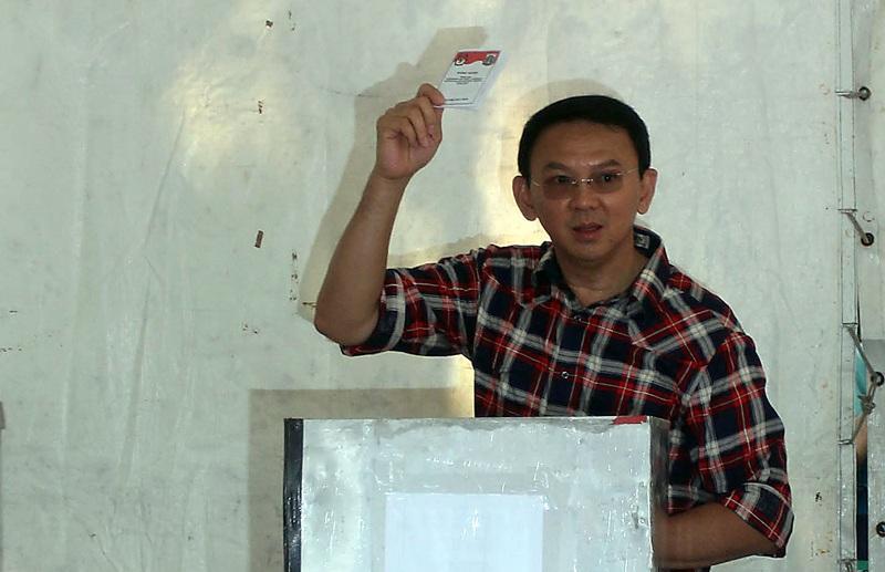 Basuki Tjahaja Purnama atau Ahok saat menggunakan hak pilihnya dalam Pilgub DKI Jakarta 2017 silam.