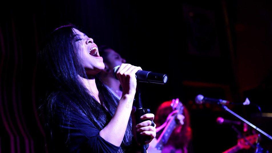 Kikan Namara membuka konser Guns N' Roses