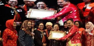 Megawati Terima Penghargaan  Bhakti Teratai Putra Indonesia