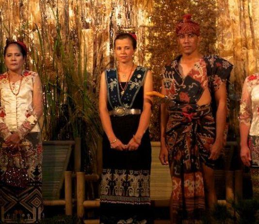 Kisah Perempuan Cantik Asal Australia dan Kain Tenun Sumba