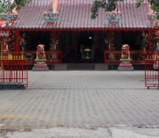 Klenteng Hwie Ing Kiong Sambut Imlek dengan Membersihkan Seluruh Patung Dewa