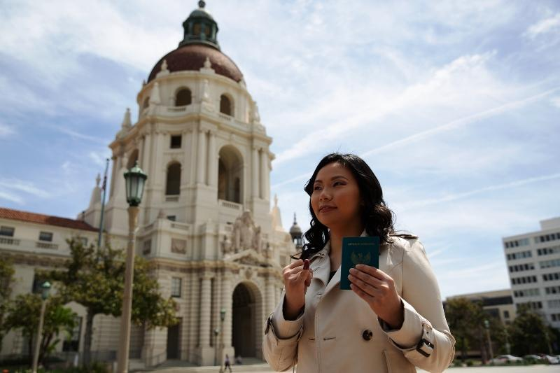 Sutradara Hollywood Livi Zheng nyoblos di KJRI Los Angeles