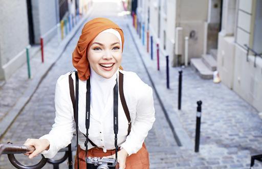 Aktris sekalian penyanyi Dewi Sandra.