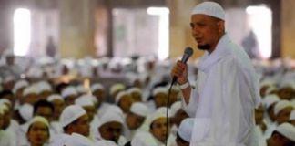 Ustaz Arifin Ilham Disalatkan di Masjid Al Munawar Sebelum Dipulangkan ke Indonesia