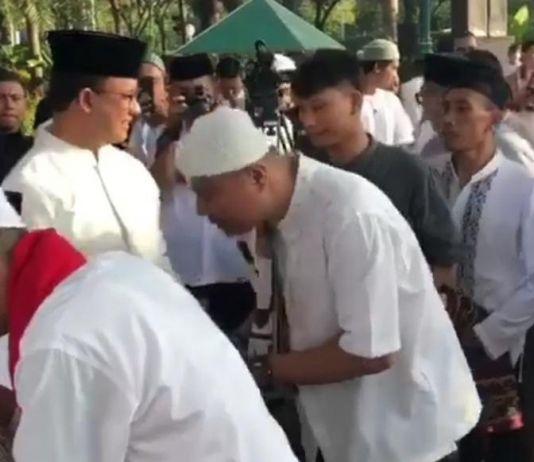 Taruh Uang di Peci, Tradisi Unik Keluarga Gubernur Anies saat Lebaran