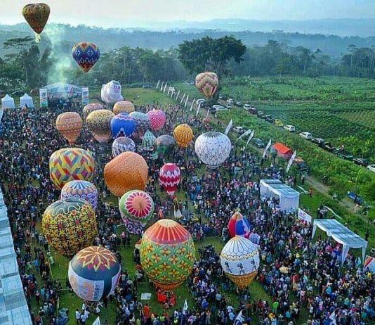 Begini Asyiknya Menerbangkan Balon Udara di Tengah Hawa Sejuk