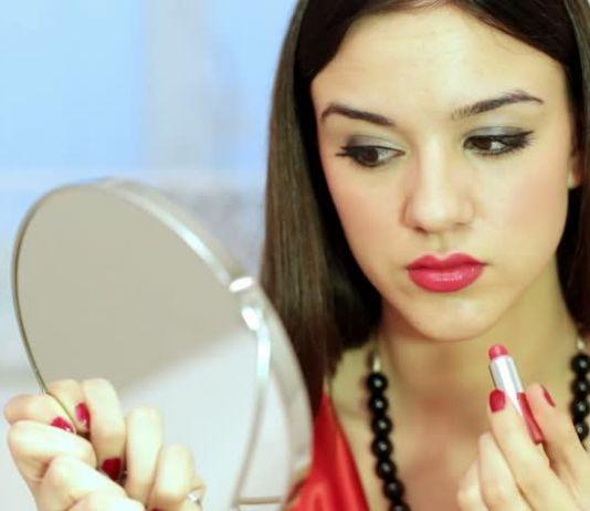 Ingin Lipstik Tahan Lama di Bibir, Begini Caranya