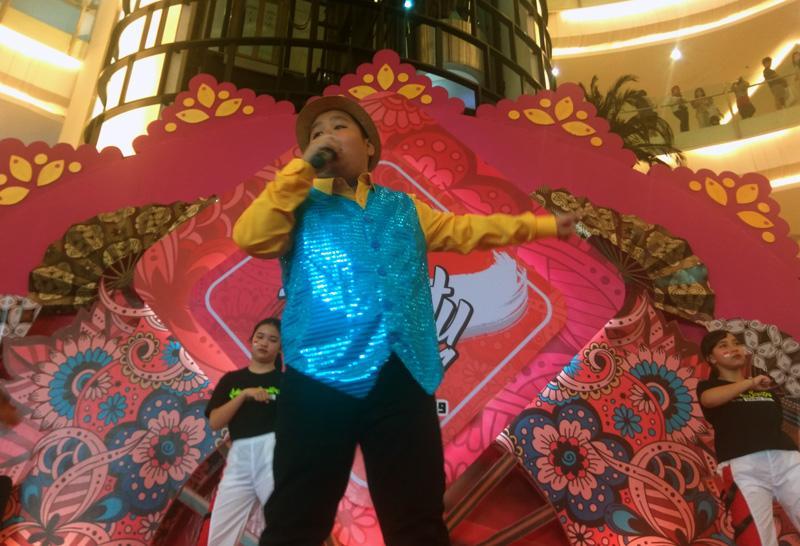 Bertus saat menyanyikan lagu 'Seniman Kecil' pada peluncuran lagu tersebut.