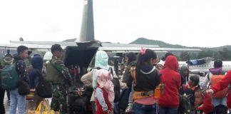 Tiba di Padang, Korban Selamat Kerusuhan Wamena Disambut Isak Tangis