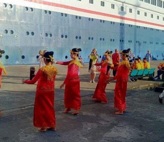 Bawa 195 Turis, Kapal Pesiar MV Boudicca Merapat  di Pelabuhan Ambon