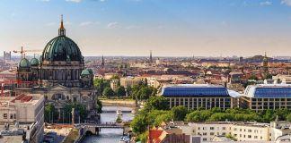 Patuhi Aturan Jarak, Muslim Jerman Salat Jumat di Gereja