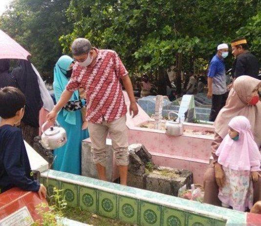 Ziarah Kubur Hari Lebaran, Doakan Pandemi COVID-19 Segera Berakhir