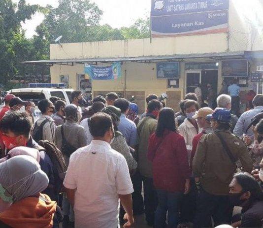 Tak Ada Jaga Jarak pada Antrean Perpanjangan SIM di Polestro Jaktim