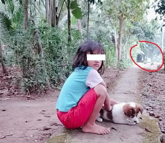 Foto Anak Dekat Sumur Keramat, Tak Sengaja Rekam Penampakan 2 Pocong