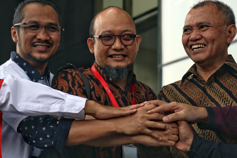 Hasil gambar untuk Penyidik senior KPK Novel Baswedan (dua kiri) berjabat tangan dengan mantan Wakil Ketua KPK Bambang