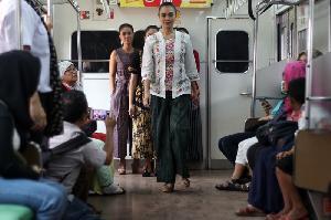 <i>Fashion Show</i> di Gerbong Kereta