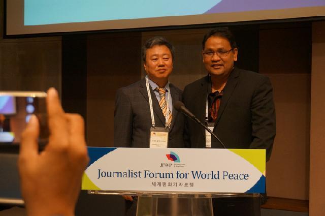 Presiden Asosiasi Wartawan Korea Selatan (JAK) Jung Kyu Sung dan Ketua bidang Luar Negeri Persatuan Wartawan Indonesia (PWI) Teguh Santosa dalam Forum Wartawan untuk Perdamaian Dunia di Seoul, April 2016.