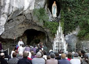 Menuju Lourdes, Grotto yang Ramai Dikunjungi