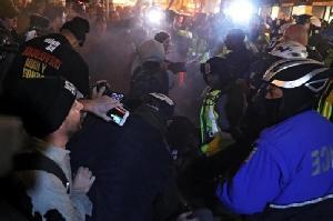 Aktivis Penentang Trump Bentrok dengan Polisi