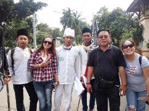 Pendukung Ahok dan Pendukung Habib Rizieq Foto Bersama