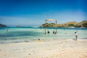 Anda Penggemar Selfie? Coba Nikmati Indahnya Pantai di Tanjung Aan Lombok
