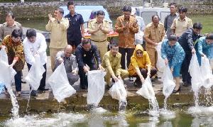 Ribuan Benih Ikan Tawes dan Nila Ditabur Gubernur Sumut ke Danau Toba